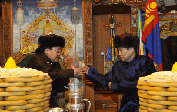 Trading snuff bottles, an old tradition with Mongolian peoples. (my.englishclub.com)